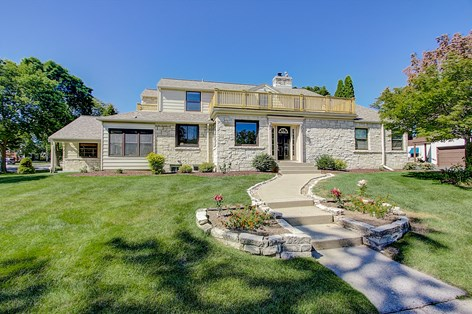 6100 N Lake Dr, Whitefish Bay, WI 53217