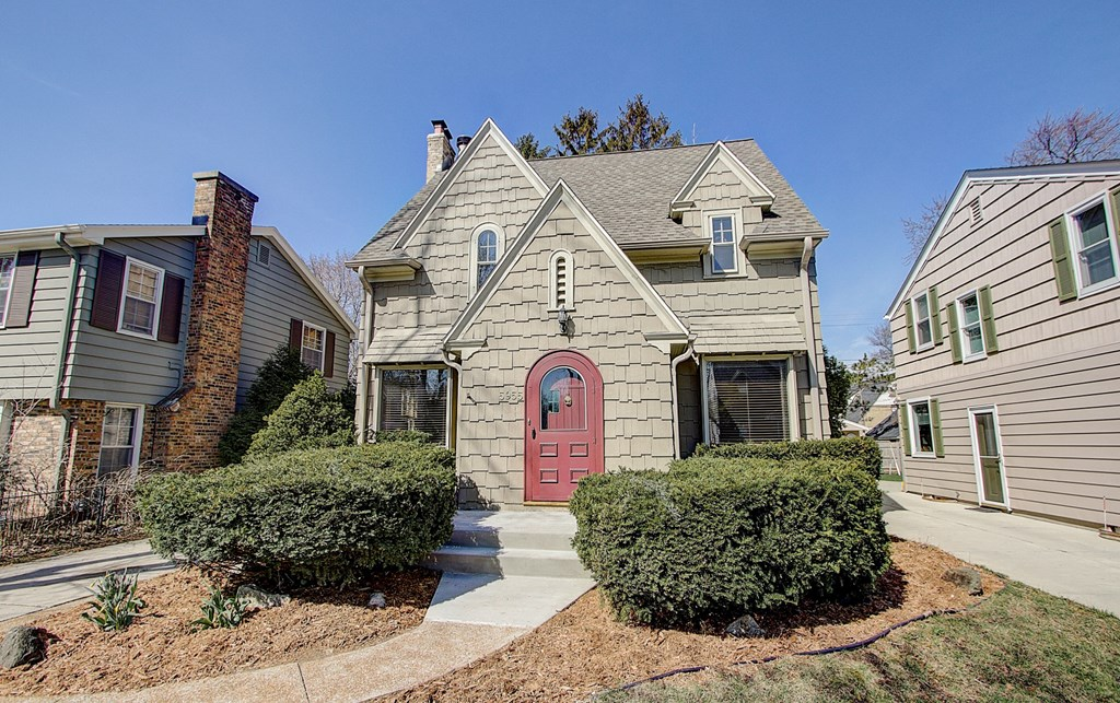 5955 N Shoreland AVE Whitefish Bay, WI 53217 Property Image
